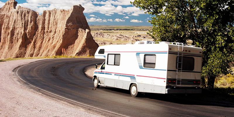 camper op schitterende weg in amerika